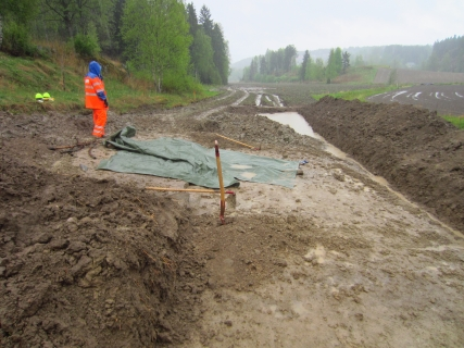 Arkeolog i regn, Gjersrud-Stensrud
