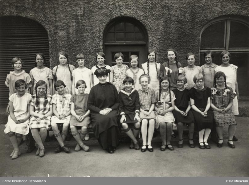 Dagny Solberg med jenteklasse 1926.png