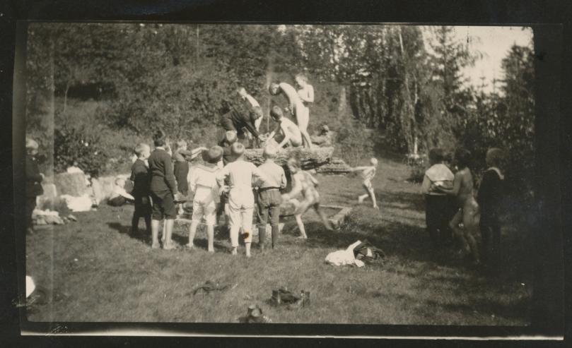 Gutter fra skolen i Tilla Hvalstads hage.png